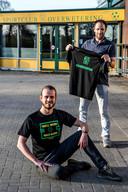 Voetballer Ferdi van Breukelen (zitten) en trainer Sander Poll hebben bij Overwetering shirt op markt gezet om saamhorigheid club in zware coronatijden te bevorderen.