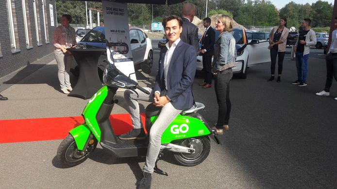 Willem de Vrij met de Go Sharing elektrische deelscooter die in Eindhoven gaat rijden.