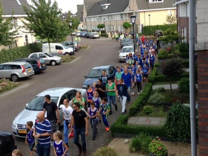 Voor de Udense Avondvierdaagse liepen de tien kilometer wandelaars op de eerste dag door de wijk Hoederbos III.