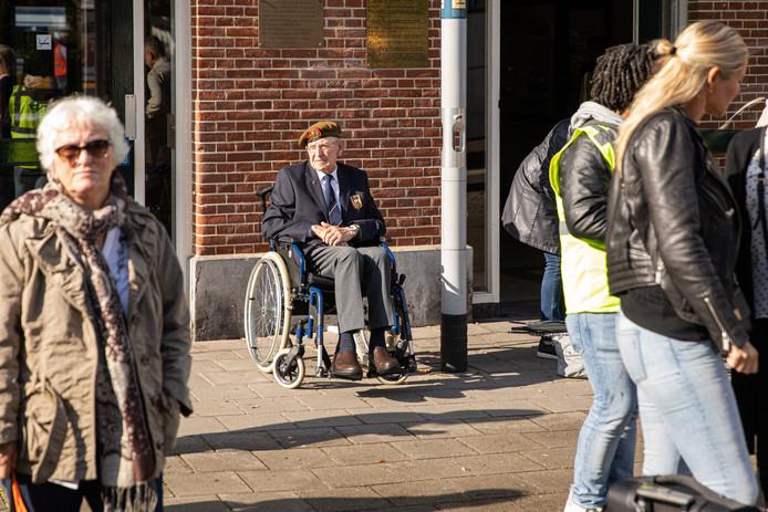 Oorlogsveteraan Adriaan van Breukelen (93) gestrand op station Baarn, gelukkig regelde de NS een taxi naar Roermond.