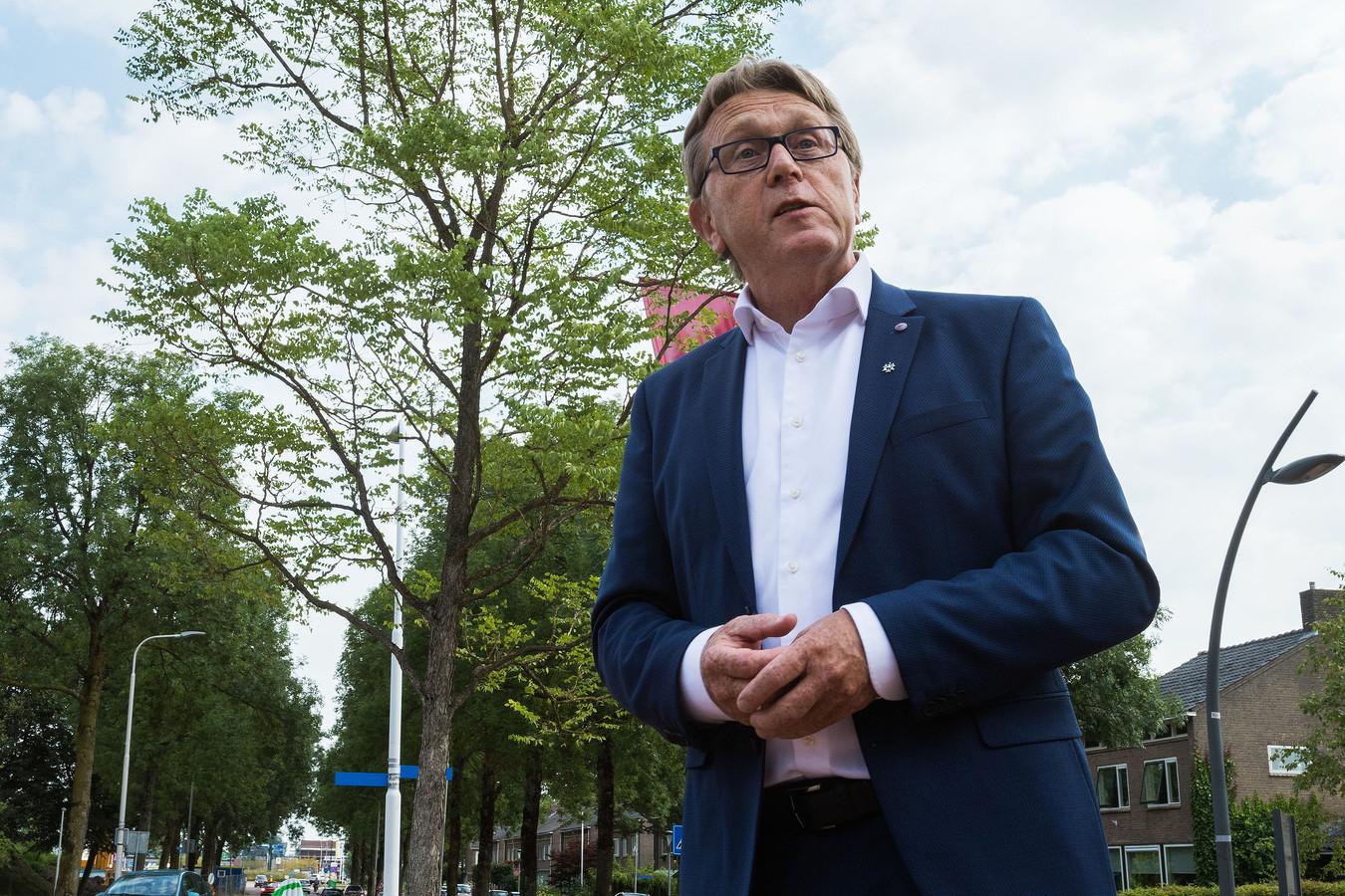 De kersverse wethouder Jaap Oosterveld opent een bomenroute in Dronten, juli 2018.
