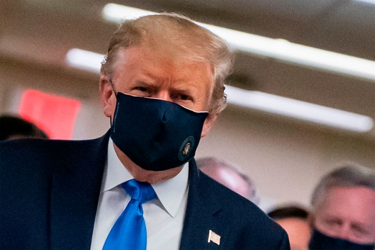 De Amerikaanse president Donald Trump, die maandenlang weigerde het dragen van maskers aan te moedigen om het coronavirus te bestrijden, tweette op 20 juli een foto van zichzelf met zijn gezicht bedekt. In zijn tweet spoort hij de Amerikanen aan een mondkapje te dragen. Beeld AFP