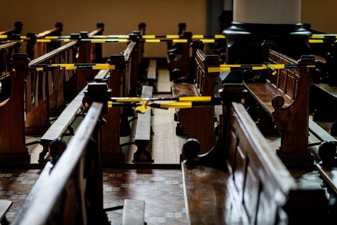 De kerkbanken in de Lambertusbasiliek zijn al 'coronaproof' gemaakt.
