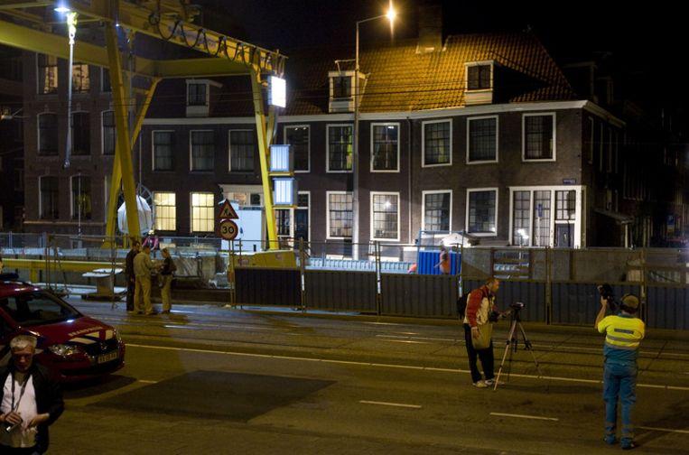 Rond 19.00 uur woensdagavond moesten circa twintig bewoners hun huis uit. Onder hen waren gezinnen met kinderen. Foto ANP/Evert Elzinga Beeld