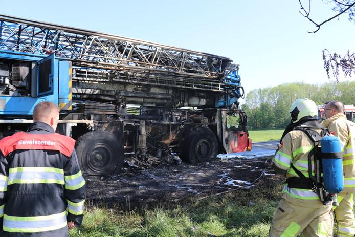 De kraanwagen in De Meern is volledig uitgebrand.