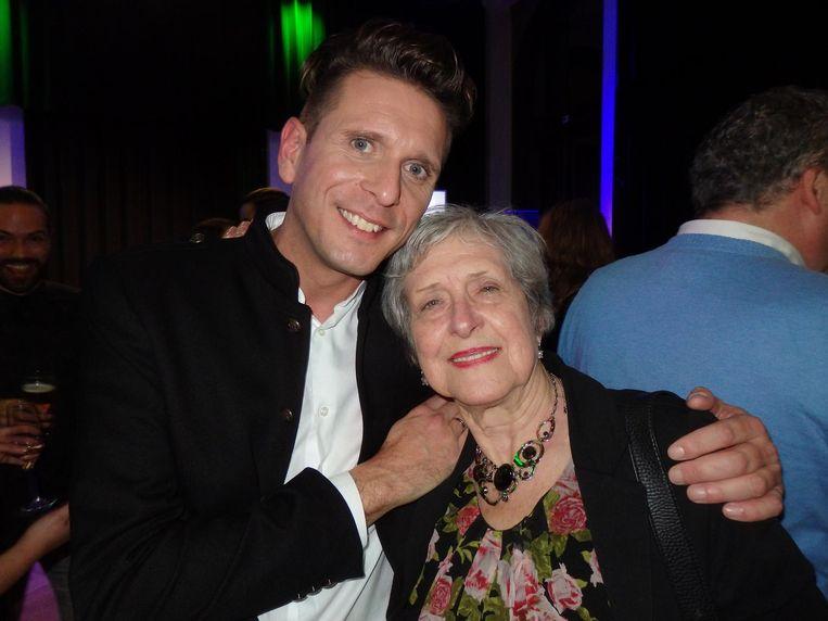 Lammert met zijn oudste Twittervolger: Rechie Toulouse (70). Ze is elk jaar van de partij en komt helemaal uit Limburg. 'Mijn vrienden en familie zitten niet op Twitter' Beeld Schuim