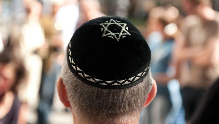 Een van de deelnemers van een 'keppeltjes-flashmob', vorig jaar in Berlijn. De flashmob was een reactie op de mishandeling van een Berlijnse rabbijn. Beeld epa