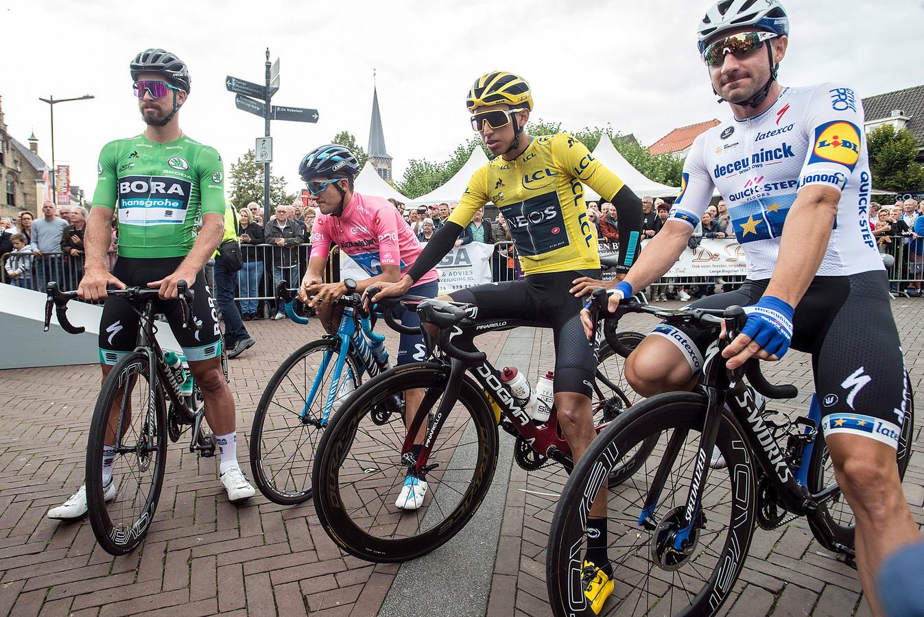 Richard Carapaz in zijn roze trui aan de start in Etten-Leur tussen vlnr Peter Sagan, Egan Bernal en Elia Viviani. Zonder dat zijn ploeg Movistar het wist, aldus El Periodico.
