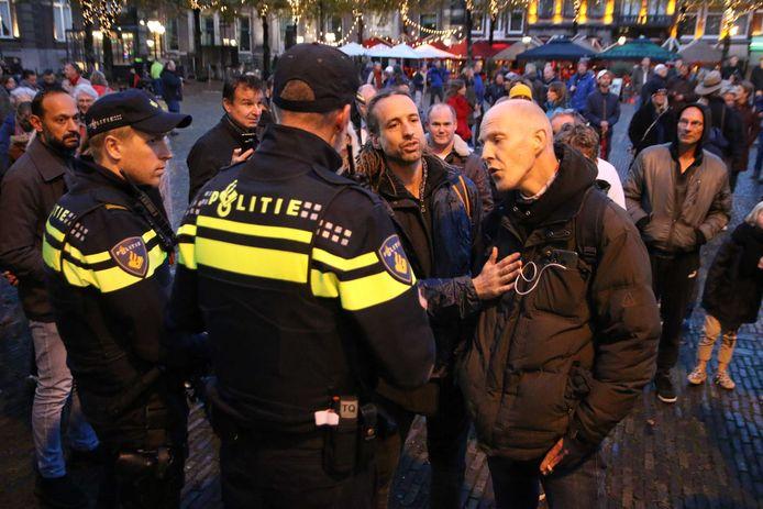 Politieagenten tijdens een onaangekondigd protest op het Plein in Den Haag.