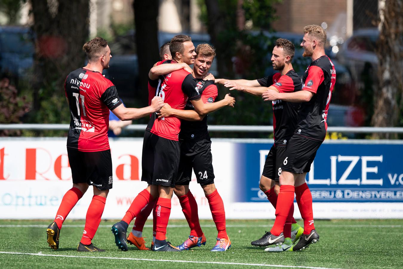 De Treffers viert de openingsgoal van Niek Versteegen (24) tegen De Dijk, afgelopen seizoen in de tweede divisie.