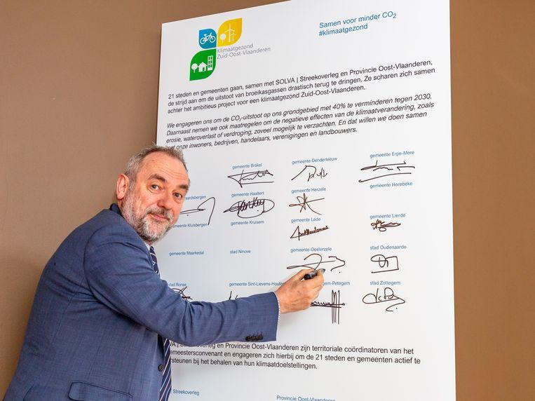 Burgemeester Johan Van Durme ondertekende het klimaatproject.