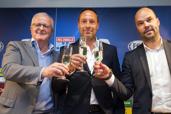 Adriaan Visser (links) en Gerard Nijkamp (rechts) tijdens de presentatie van trainer John van 't Schip.
