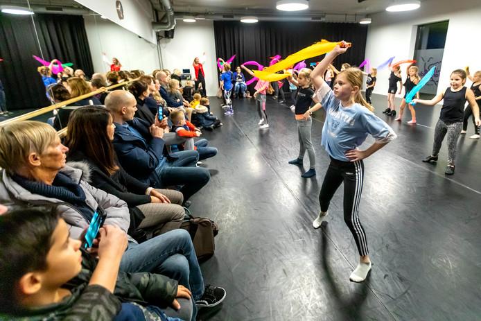 Leerlingen van de Ballet- en Dansstudio Schiedam & Vlaardingen werken zich in het zweet tijdens de jaarlijkse inzamelingsactie.