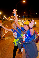 Auto's moeten wachten op de lopers van de 80, op de kruising Burgemeester Van der Klokkenlaan en Stationsstraat; 21.33 uur