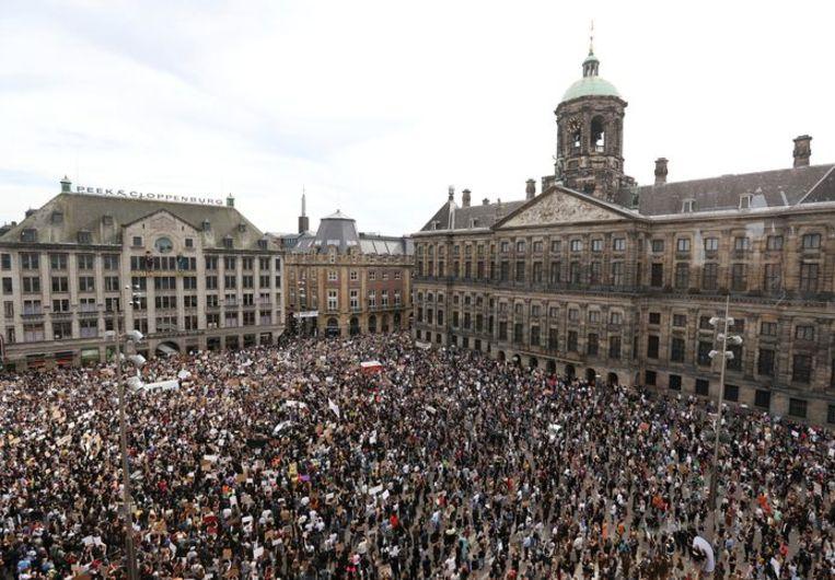 Duizenden mensen protesteerden maandag op de Dam tegen het politiegeweld in de VS. Beeld Reuters