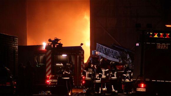 De vlammen zetten de grote loods vol materiaal en stoffen in lichterlaaie.
