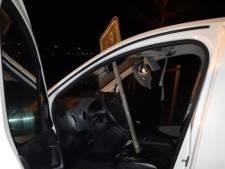 Automobilist krijgt metalen paal door voorruit in Uden, jongens vluchten weg