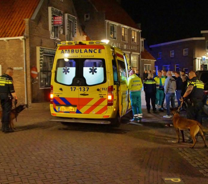 Twee bezoekers en een agent moesten na het gevecht in Zuidland aan een hoofdwond worden behandeld.