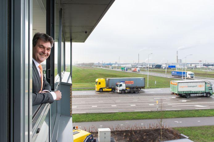 Wanneer Ferdinand van den Oever,  directeur havenbedrijf Moerdijk, aan de slag kan met de ontwikkeling van LPM moet nog worden afgewacht. Eerst moet de Raad van State opnieuw het licht laten schijnen over de stikstofparagraaf van het LPM-plan.