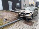 De BMW kwam tot stilstand tegen een verlichtingspaal, die omknakte.