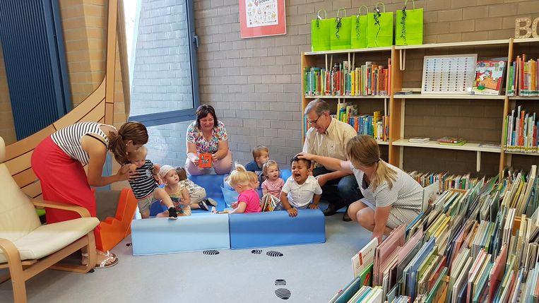 Ouders en hun baby's kunnen terecht in de boekstarthoek.