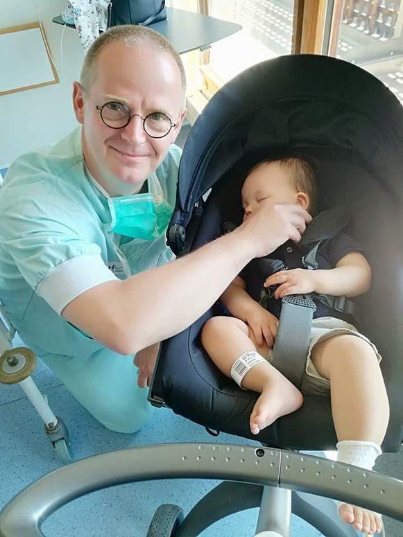 En de kleine held naast dokter Bernard Duchesne.