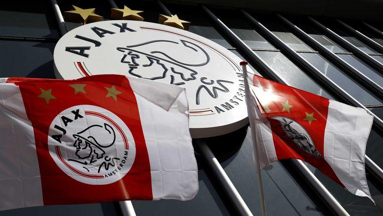 Logo en vlaggen van Ajax bij de Amsterdam Arena. Beeld ANP