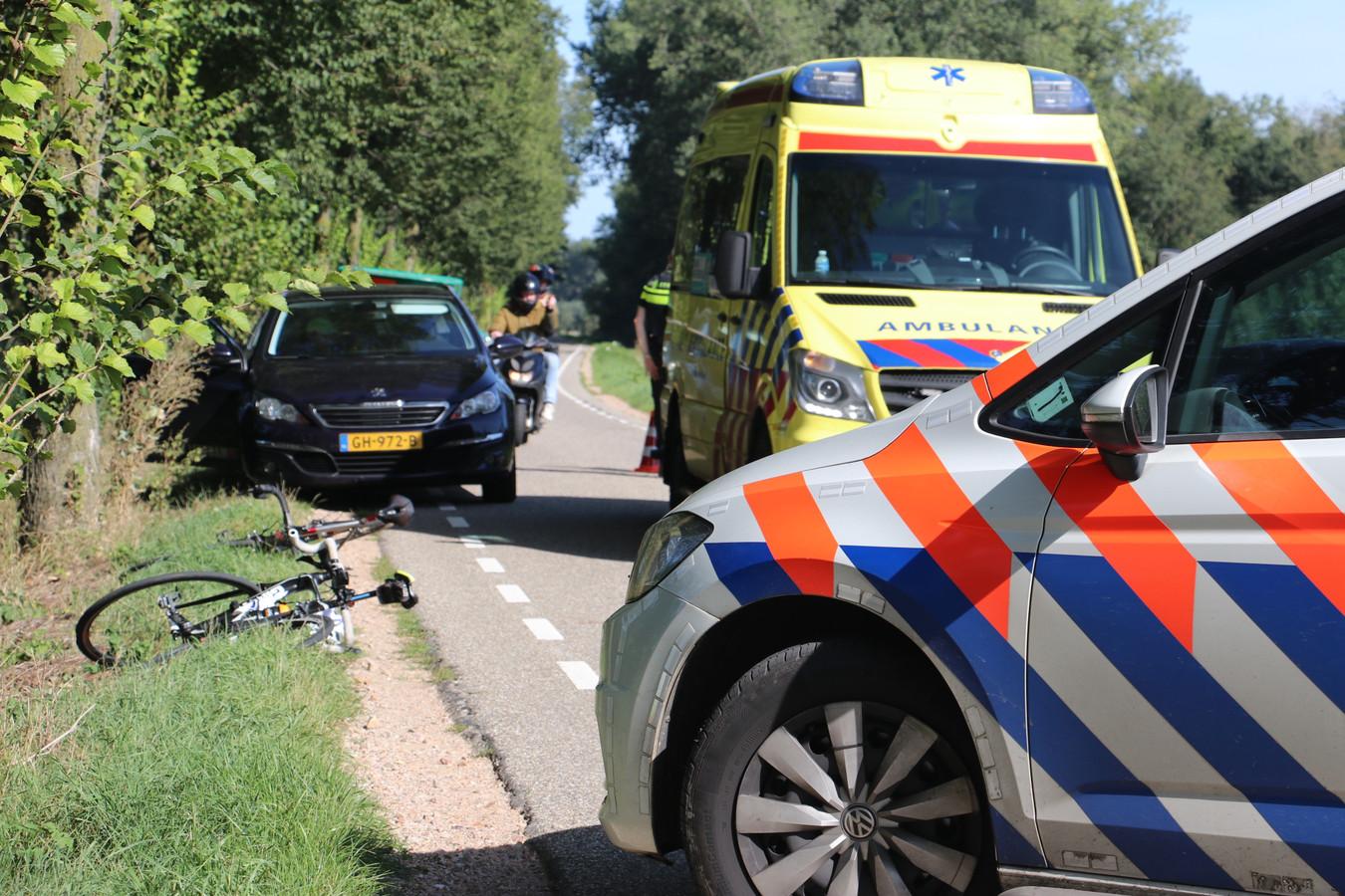 De racefiets van het slachtoffer ligt in de berm van de Zeedijk in Culemborg.