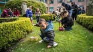 Kinderen rapen chocoladen eitjes op paaszondag in Pastoriepark