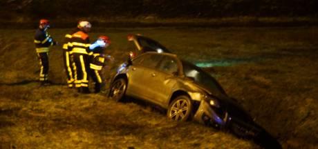 Bestuurder belandt in sloot bij Loon op Zand tijdens felle hagelbui, gewond naar ziekenhuis