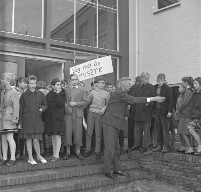 Verhuizing Christelijke ULO in Eindhoven in 1959.