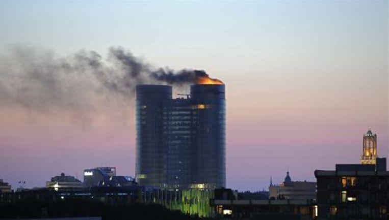 Op de 25ste en 26ste verdieping van een van de torens van het nieuwe hoofdkantoor van de Rabobank in Utrecht woedt zondag een grote brand. ANP Beeld