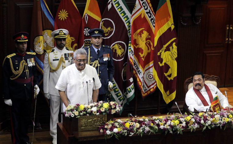 De Rajapaksa's woensdag bij de inauguratie van het nieuwe Sri Lankaanse kabinet. Links president Gotabaya Rajapaksa, rechts zijn iets oudere broer, premier Mahinda. De premier benoemde zijn oudste broer Chamal tot minister van landbouw. Beeld EPA