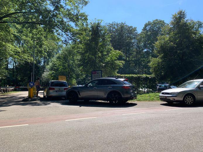Lange rijen voor de parkeerplaatsen op Het Hulsbeek: op deze tropische zaterdag is het een kwestie van 'één er uit, één er in' op het recreatiepark.
