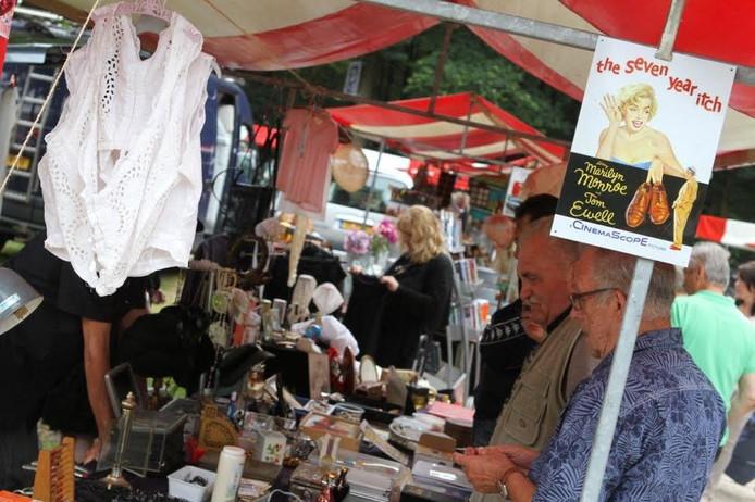 Bezoekers van de Luikse Markt in Veldhoven