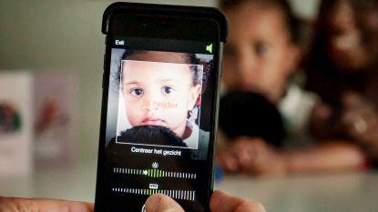 Kind & Gezin screent oogjes met smartphone