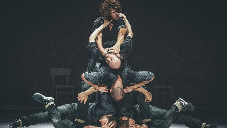 De vijf dansers in Fractus V. Helemaal boven flamencodanser Fabian Thomé Dutena, daaronder choreograaf Sidi Larbi Cherkaoui, in het midden geklemd circus acrobaat Dimitri Jourde, linksonder lindyhopper Johnny Lloyd, en rechtsonder breakdanser Patrick Williams Seebacher. Beeld .