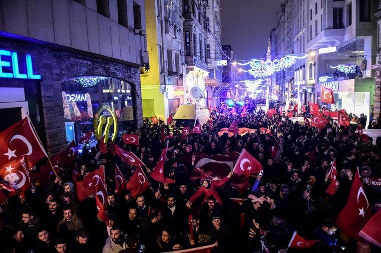 Turken demonstreren zondag tegen Nederland bij het Nederlandse consulaat in Istanbul Beeld ANP