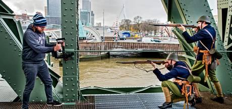 Mariniers met geweren bovenop de Rotterdamse Hef