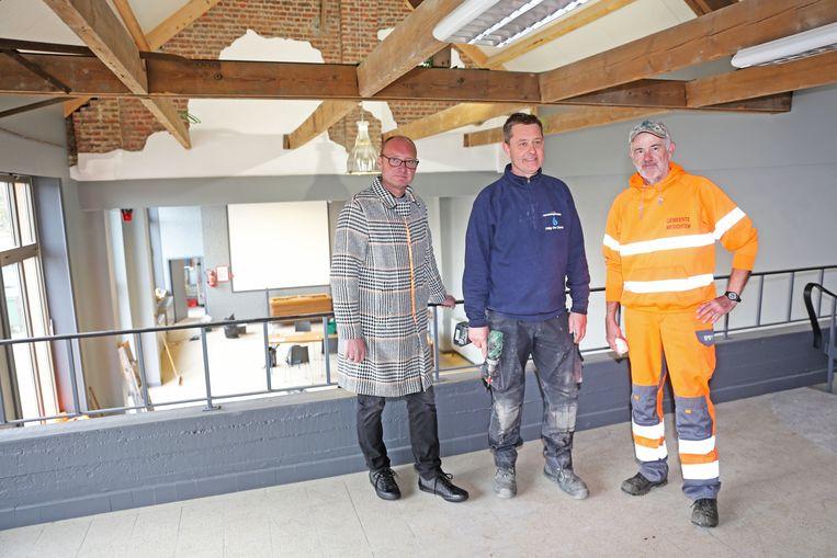 Schepen David De Valck (links) en zijn medewerkers zijn trots op de vernieuwde feestzaal.
