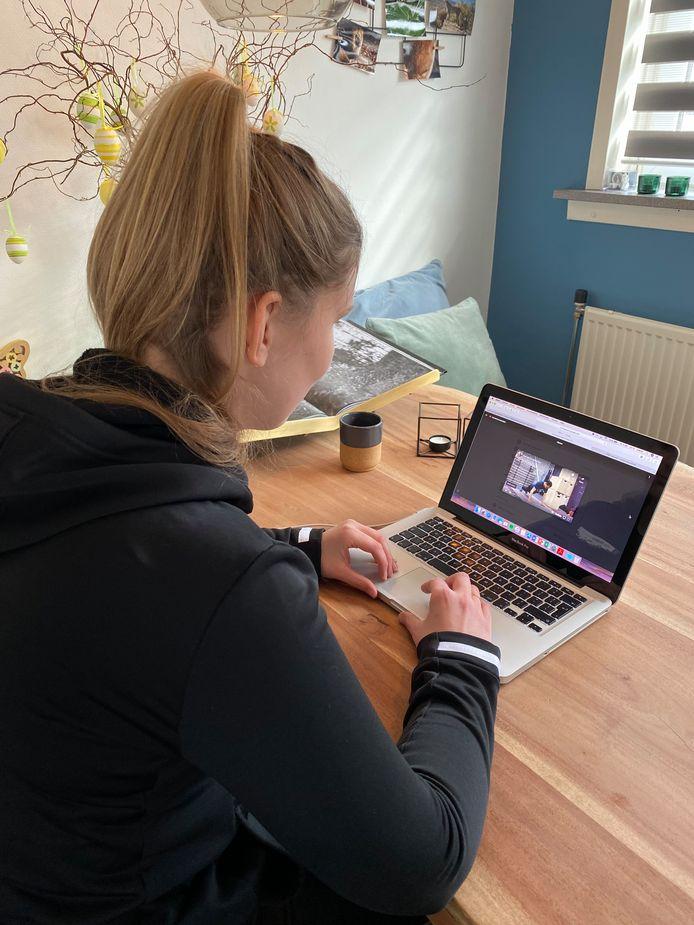 Gymlerares Carlijn Westerveld geeft nu online les.