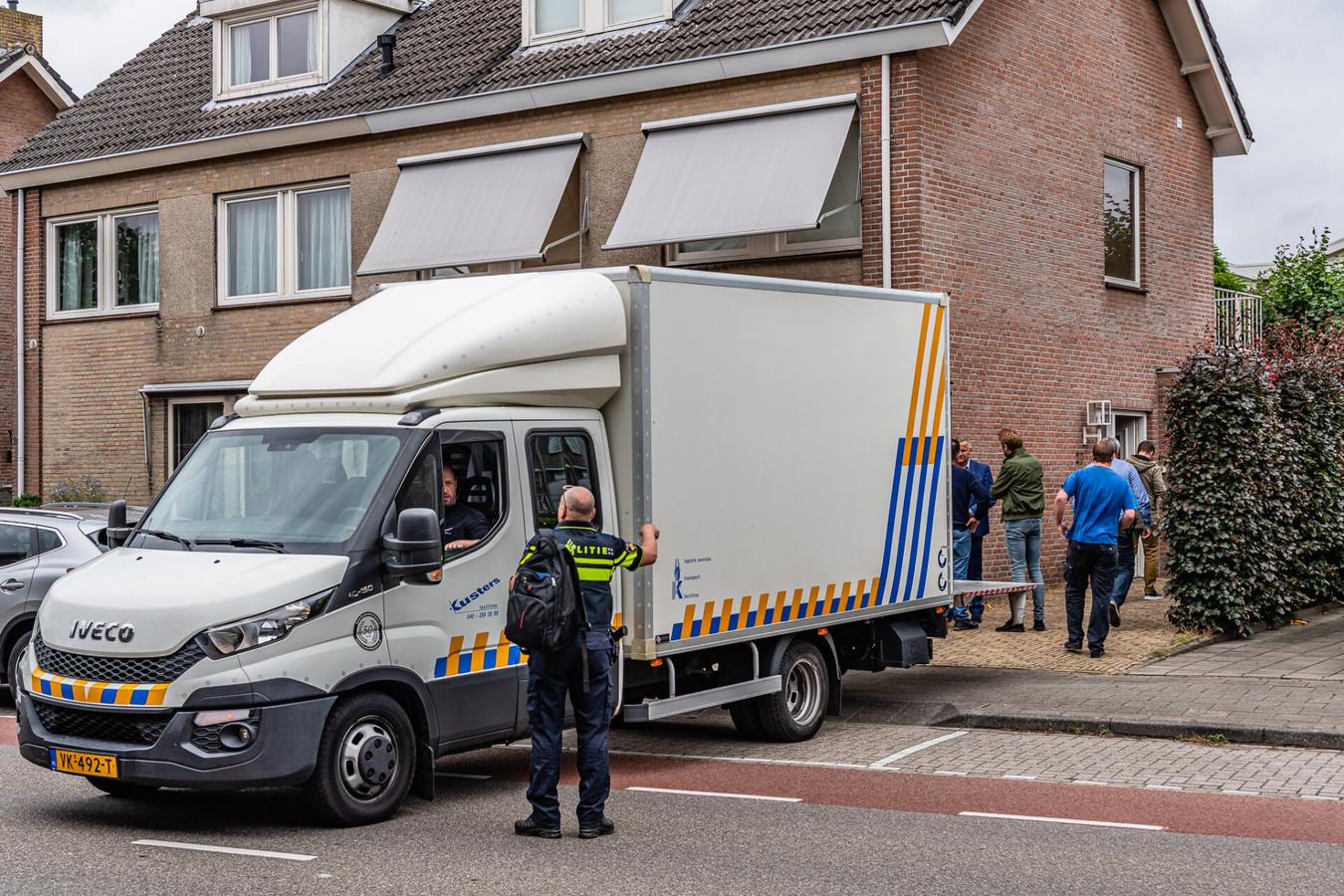 De politie bij de woning aan de Bergstraat in Goirle.