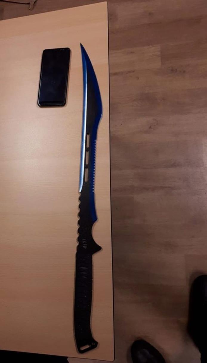 Een verdachte droeg een mes met een lemmet van 70 centimeter.