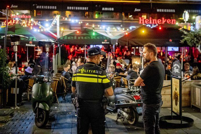 Horecazaken op het Stadhuisplein van Rotterdam. Wegens een stijging in het aantal coronagevallen zijn strengere maatregelen afgekondigd in de regio van de Nederlandse havenstad en zes andere gebieden. (18/09/2020)