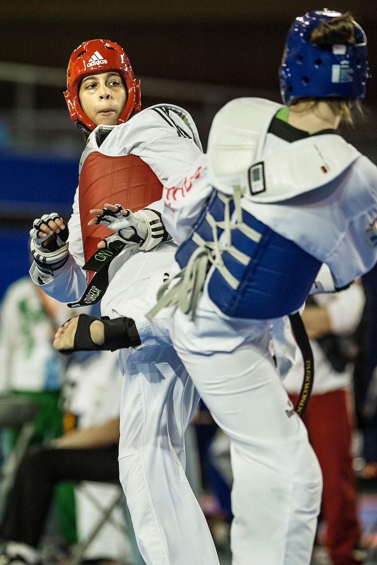 Reshmie Oogink verdedigt in haar eerste partij op het Nederlands Kampioenschap Taekwondo in 2015. Beeld Guus Dubbelman / de Volkskrant
