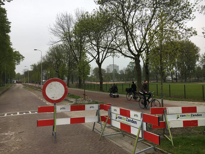 Tot nu toe stonden er alleen borden die het inrijverbod duidelijk maakten. Sinds vrijdag is de Karel Martelweg echt opengebroken.