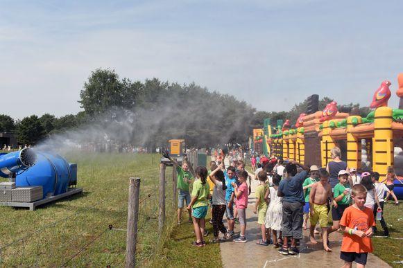 Een nevelgordijn houdt de festivalgangers koel.