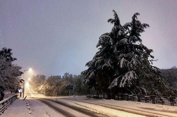 Een met sneeuw bedekte weg in de buurt van de Franse stad Saint-Etienne.