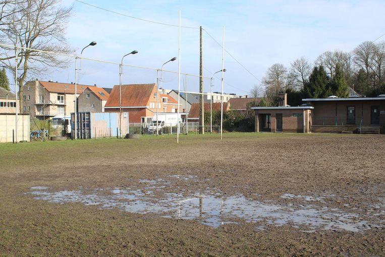 Het veld ligt er bij als een modderpoel.