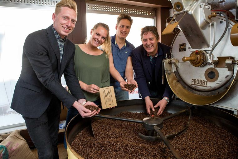 Waut, Floor, Sam en hun vader Marc Lams in de koffiebranderij.